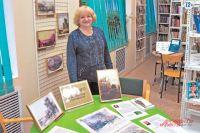 Лидия Жучкова демонстрирует экспонаты, связанные срайоном Кунцево, которые хранятся вбиблиотеке № 206.