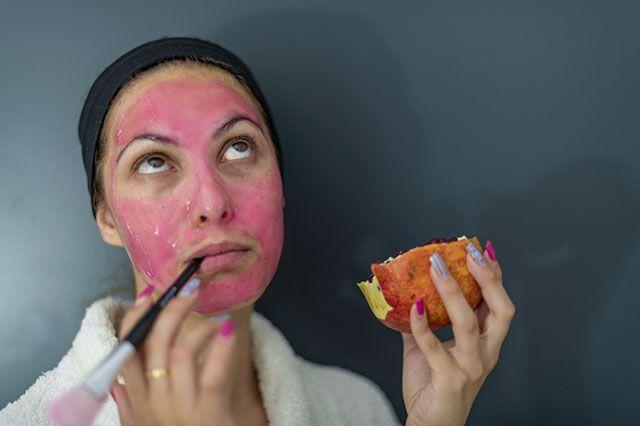 Покраснеешь как помидор. Почему не стоит делать маски из овощей и фруктов