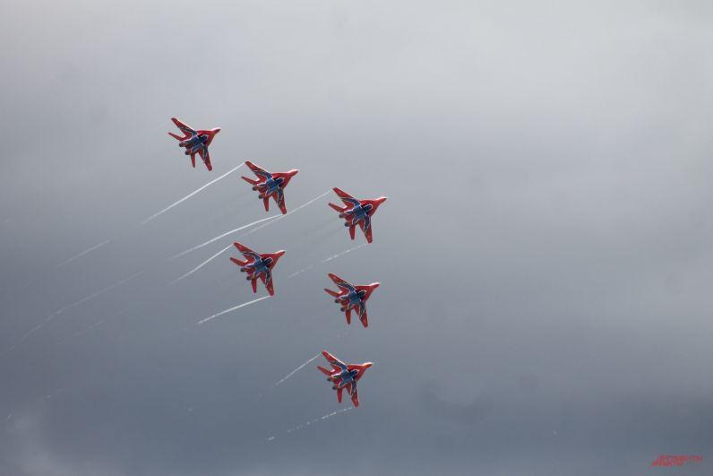 При перестройке в фигуру «пирамида» расстояние между самолетами - примерно один метр!