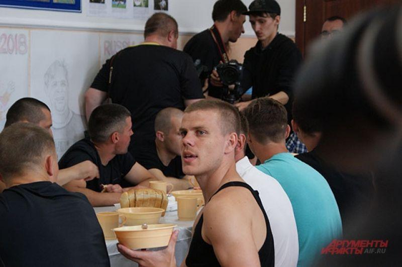 Александр Кокорин в столовой колонии.
