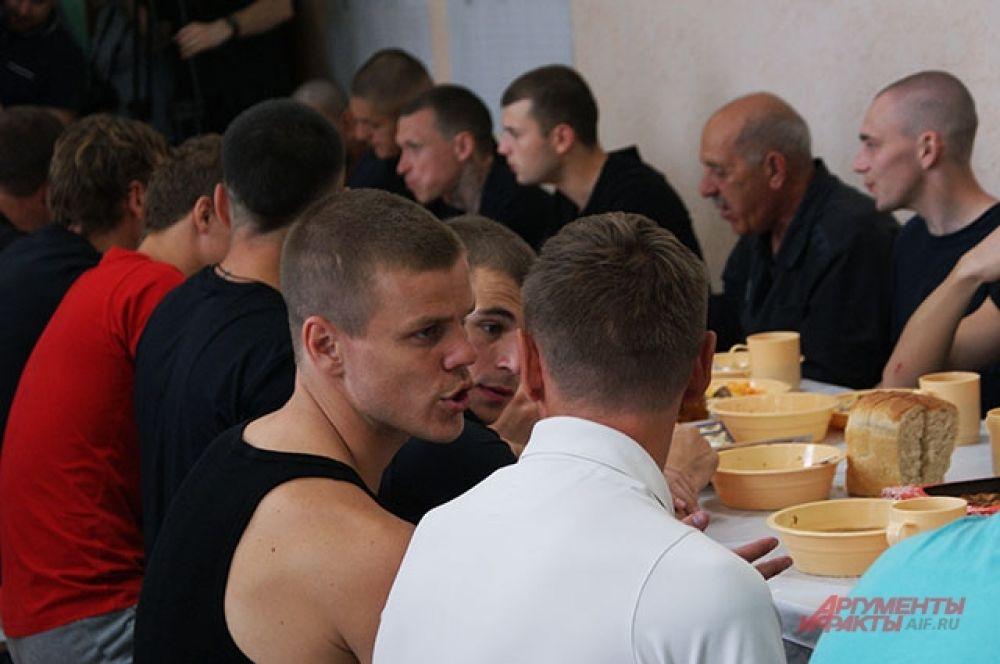 Александр Кокорин среди осуждённых.