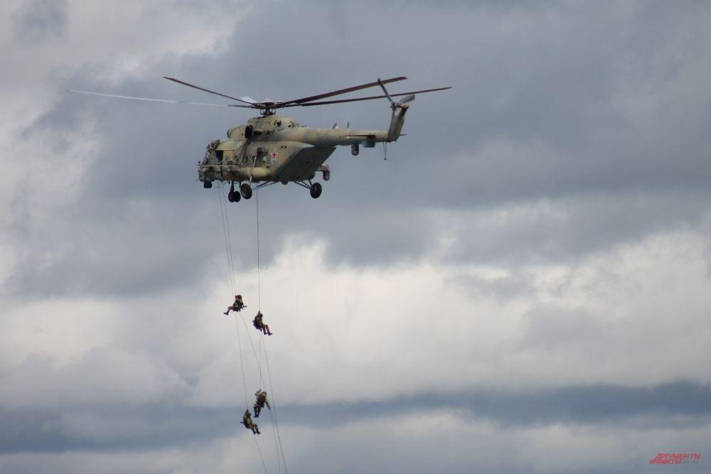 Из вертолетов Ми-8 высадился десант.