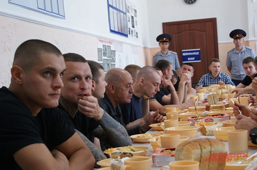 Павел Мамаев среди осуждённых в столовой колонии.