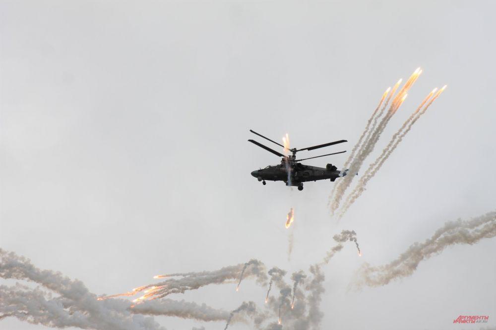 Эффектно выглядел разрыв снарядов в воздухе.