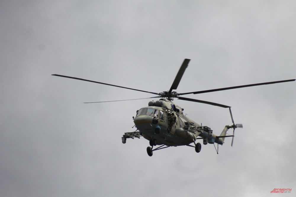 Вертолеты Ми-8 подавляли выдвигающийся резерв противника.