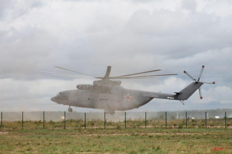 Ми-26 приземлился для выгрузки бронеавтомобиля «Рысь».