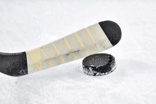 В Орске открылся Кубок губернатора по хоккею.