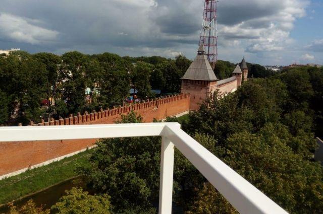 Вид на крепостную стену с конструкций колеса обозрения в Смоленске.