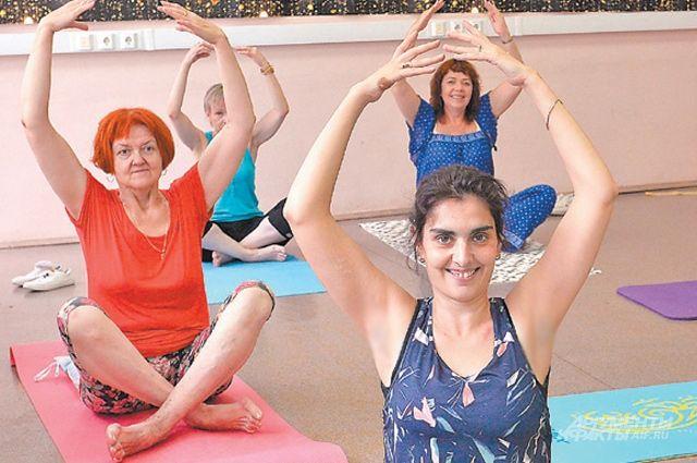 Некоторые пенсионерки так полюбили йогу, что сделали её частью своей жизни. Они тренируются даже дома.