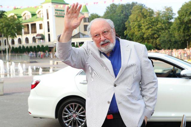 Рустам Ибрагимбеков– почётный гость фестиваля «Хрустальный источникЪ», где ему вручили кубок «За высокое служение кинематографу».