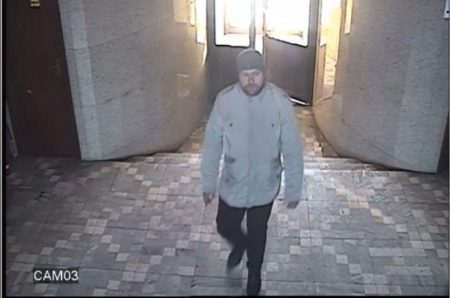 Мужчина был одет в светлую куртку, тёмные брюки, тёмную вязаную шапку.