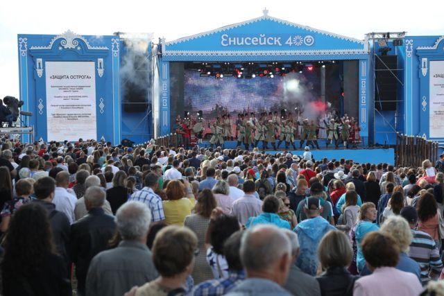 Тысячи людей приняли участие в праздничных меропприятиях.