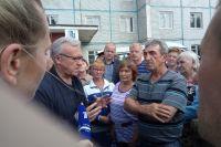Жители Каменки спрашивали губернатора Александра Усса, когда они смогут вернуться в свои дома.