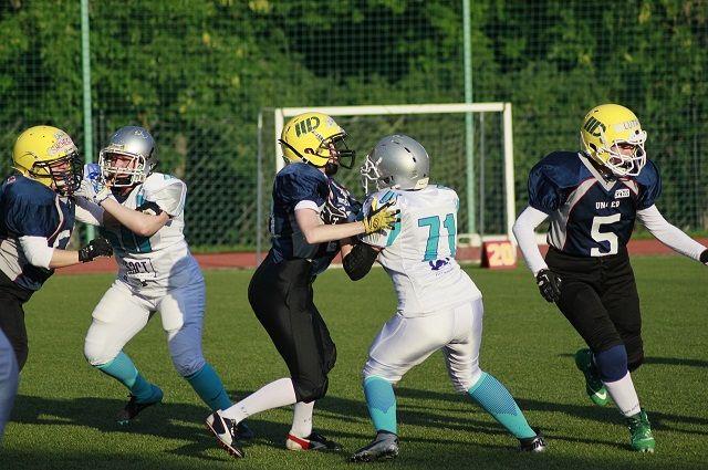 Девичья сборная «Могучие утки» на тренировке.