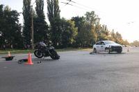 В Киеве таксист врезался в мужчину, который ехал на мотоцикле