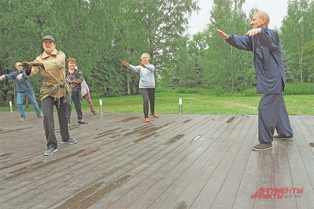 Занятие цигун в парке Победы. Цигун– это комплекс дыхательных ифизических упражнений.
