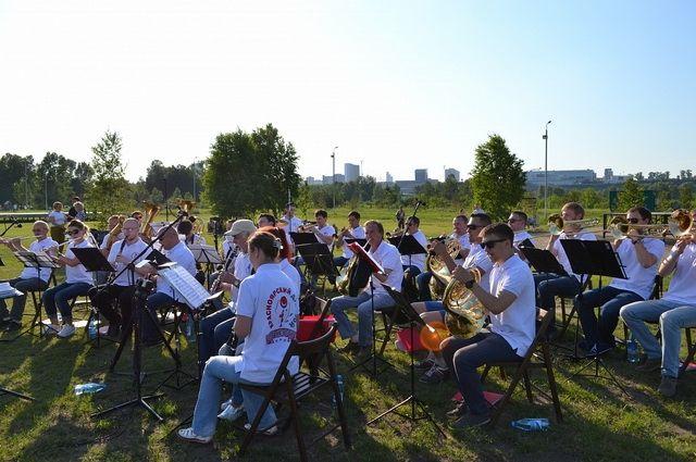 Оркестр регулярно устраивает уличные концерты.