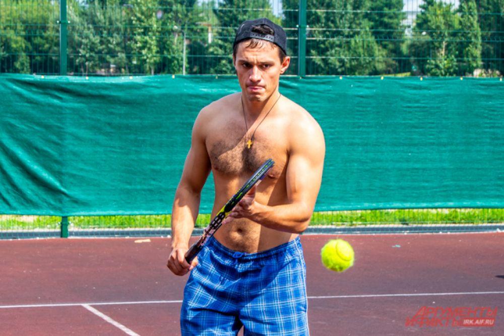 А на корте стартовали состязания по большому теннису.
