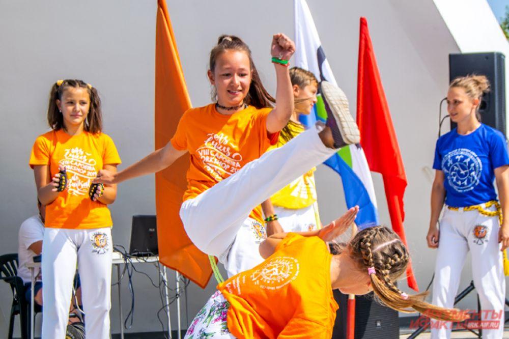 После зарядки часть людей отправилась на соревнования, а часть осталась на мастер-класс по капоэйре - бразильскому боевому искусству, сочетающему элементы танца, акробатики и игры.