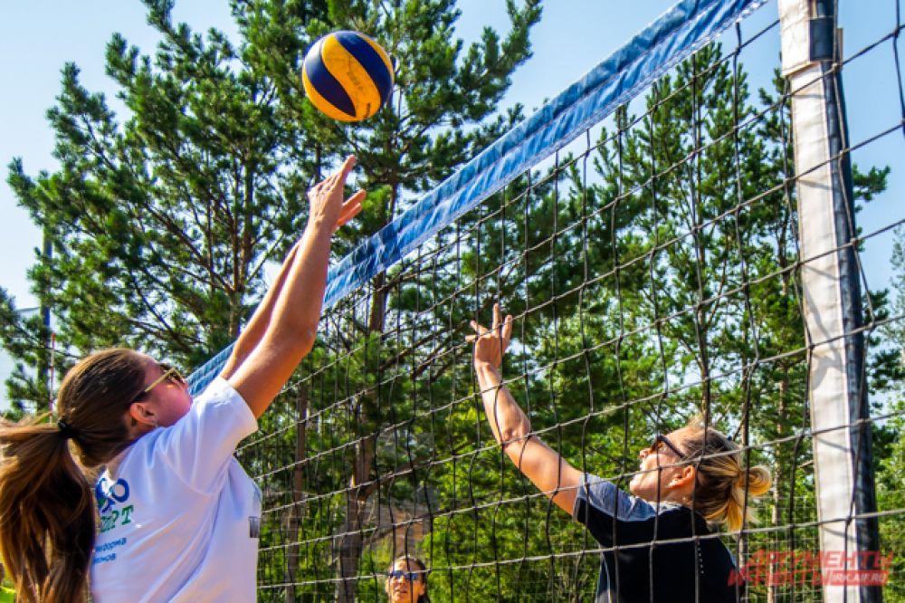 На состязания по волейболу в спорт-парк съехались 11 команд из Иркутска и соседних городов