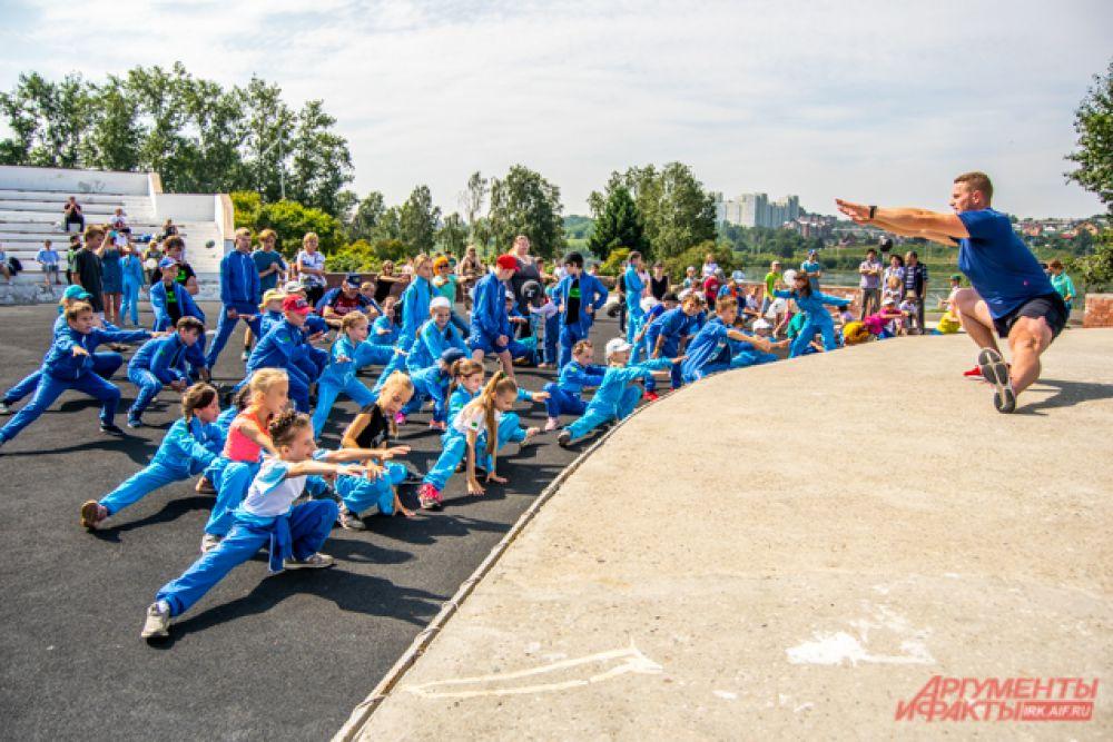 Размяться перед соревнованиями помогла зарядка с чемпионом, а провёл её Антон Любославский – олимпийский чемпион по лёгкой атлетике.