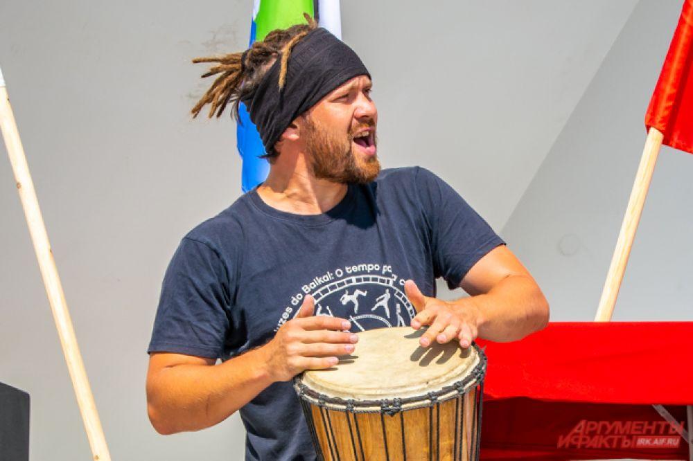 Неотъемлемая часть капоэйры – национальная музыка, задающая ритм всему боевому танцу.