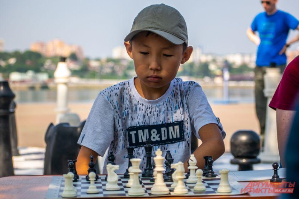 У памятника Александру III попробовать свои силы в динамических шахматах могли как дети, так и взрослые, а их соперником стал чемпион мира среди железнодорожников Александром Шелком