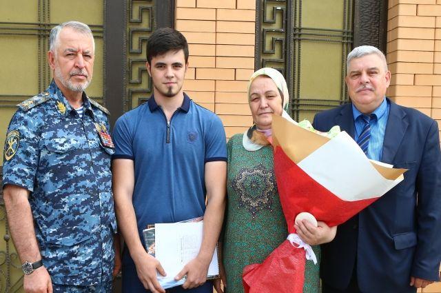 Руслан Алханов (слева), Асхаб со своей мамой Хавой (по центру), Геннадий Королёв(справа)