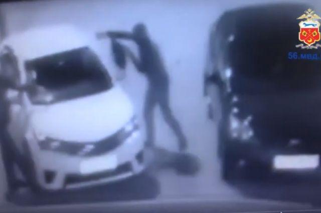 В Оренбурге продолжаются поиски поджигателей машины на ул. Поляничко