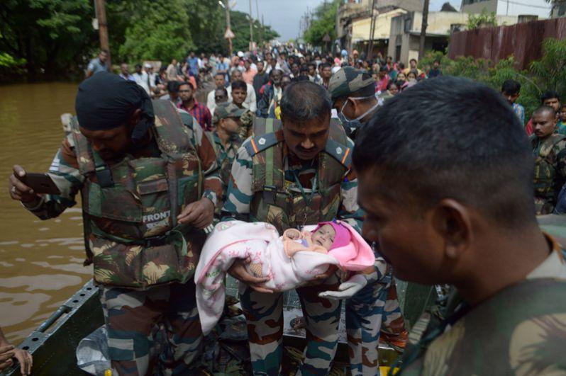 Эвакуация пострадавших от наводнения в штате Махараштра.