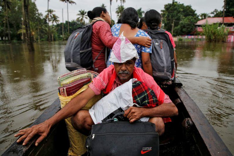 Эвакуация пострадавших от наводнения в штате Керала.