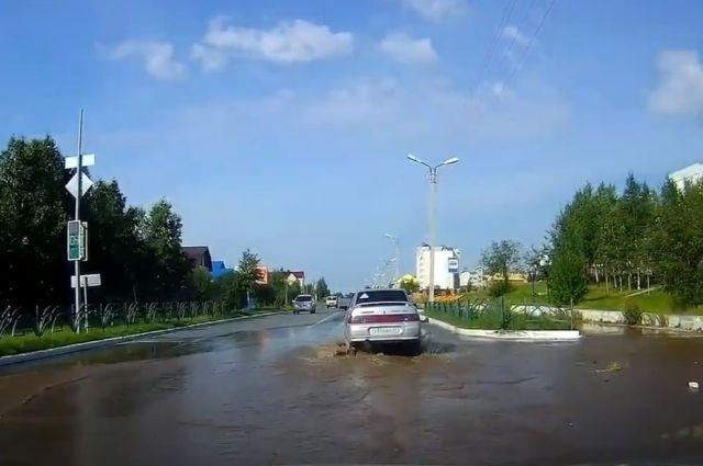 В Ноябрьске из-за прорыва теплосети затопило улицу Холмогорскую
