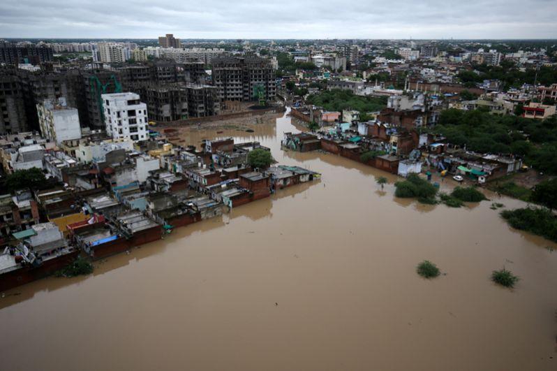 Затопленный жилой район после проливных дождей в Ахмедабаде.