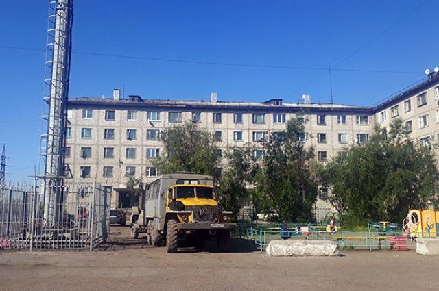 В начале августа жители одного из дворов квартала «Заводской» пожаловались мэру на начало установки вышки сотовой связи вблизи детской площадки - всего в пяти метрах.