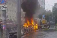 Машина сгорела полностью.
