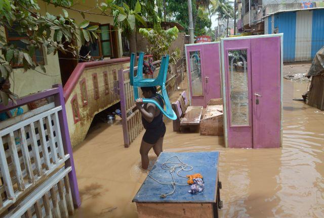 СМИ: число жертв наводнений на юге Индии достигло 200 человек