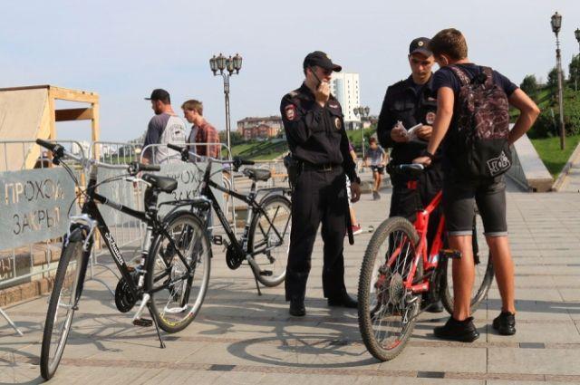 Полицейские на велосипедах патрулируют набережную Тюмени и Гилевскую рощу