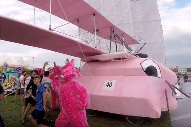 Самое яркое представление на Гребном канале продемонстрировала команда розовых кроликов.