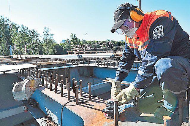 Сооружение нового балочного моста является частью большого проекта по строительству Северо-Западной хорды Москвы.