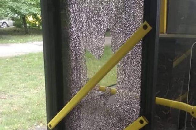 В Киеве пассажир после поездки в троллейбусе разбил ногой стекло