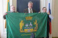 Именно этот флаг уже через неделю окажется на Северном полюсе.