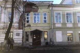 Здание на ул. Собинова разрушается и доведено до такого состояния, что там опасно находиться.