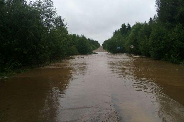 По данным республиканского МЧС, сейчас нет проезда между посёлком Зимстан и селом Дзёль через реку Соль.