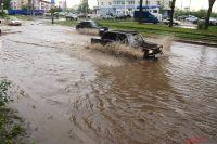 Пермяки жалуются на огромные лужи, которые появляются по всему городу во время дождя.