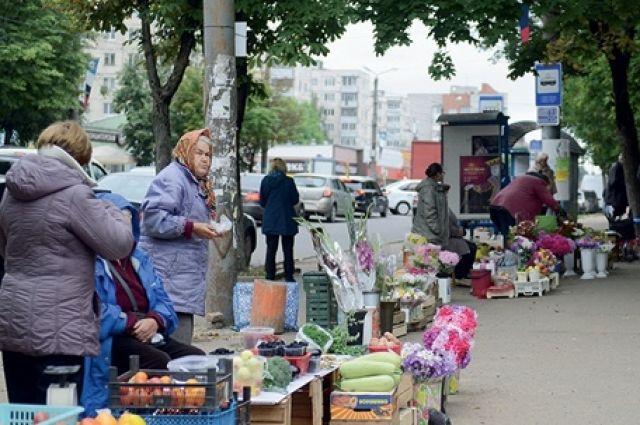 Стихийный рынок существует на улице Николаева уже много лет.