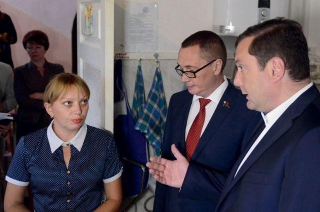 Губернатор (справа) обсуждает со старшим воспитателем детского сада «Лучик» замену оборудования.
