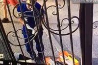На 19-й секунде видео фельдшер правой ногой «пинает» лежащую на тротуаре женщину
