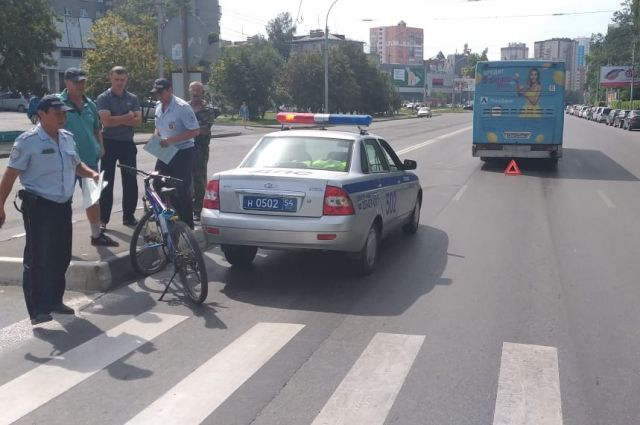 На месте ДТП работают сотрудники Госавтоинспекции. Они устанавливают причины и обстоятельства дорожно-транспортного происшествия.