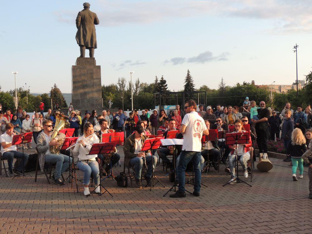 Впервые музыканты сыграли на площади Революции.
