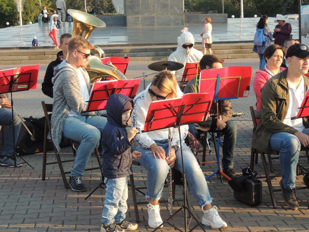 Музыканты, если что, и на вопросы юных зрителей ответят.